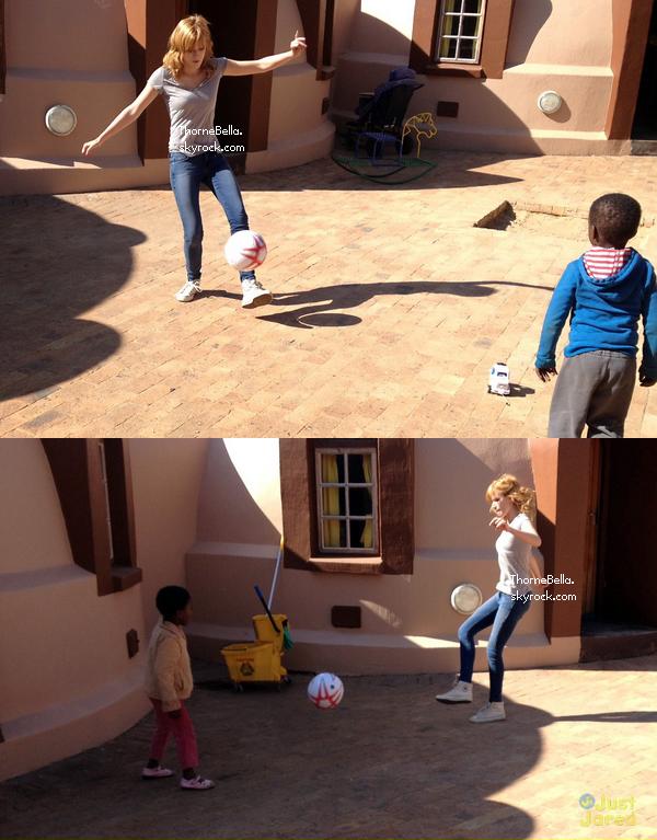 Bella et sa famille visitant un village en Afrique du Sud le 24 juin 2013.