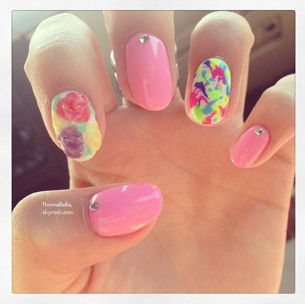 Bella a fait ses nouveaux ongles. Votre avis ?