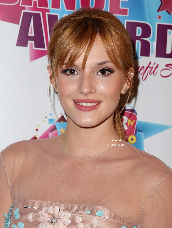 Bella sur le tapis rouge des KarTV Dance Awards à Las Vegas le 3 juillet 2013.